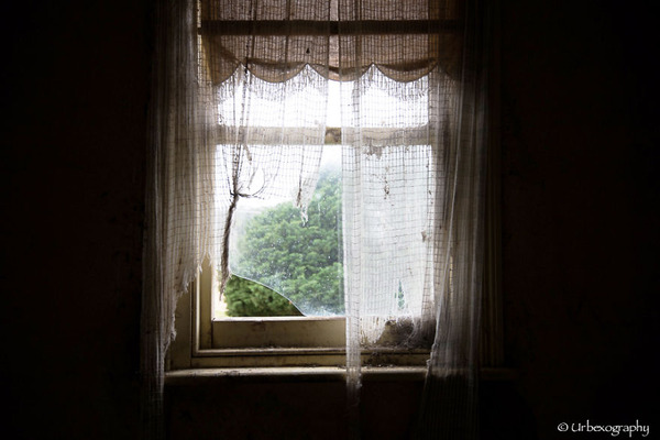 廃墟の部屋の窓から覗く風景 15