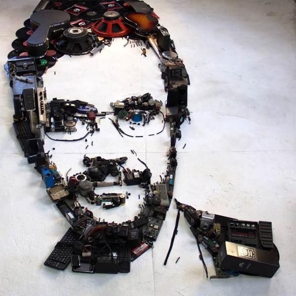 音楽機材や電子機械を積み上げて有名人の肖像画を描く! (12)