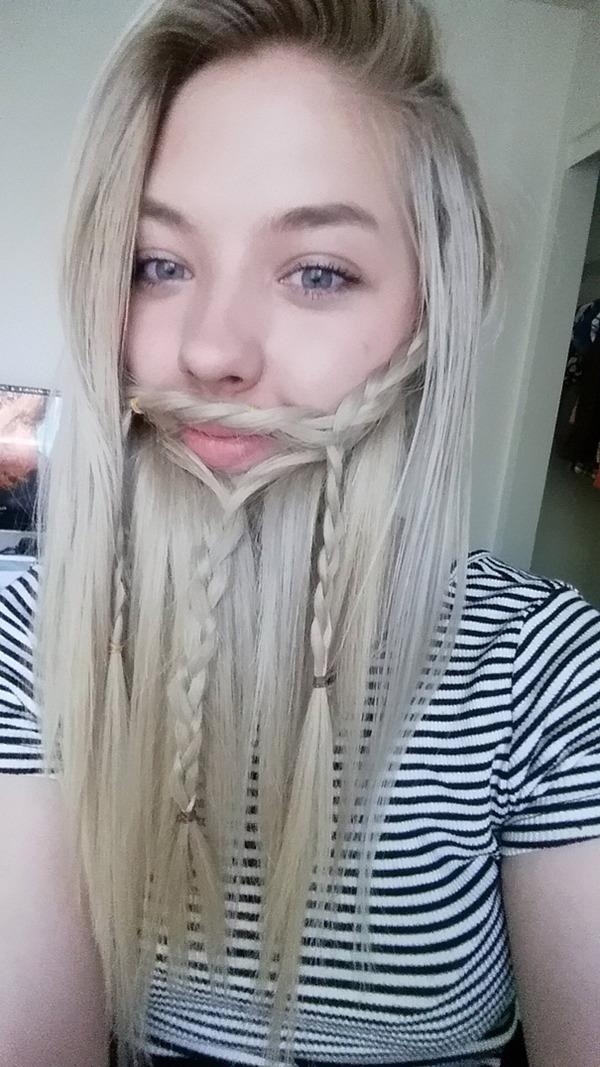 海外美女がヒゲ!自分の髪の毛で髭を作ってみた画像 (14)