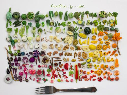 200個の野菜と果物のミニチュア彫刻