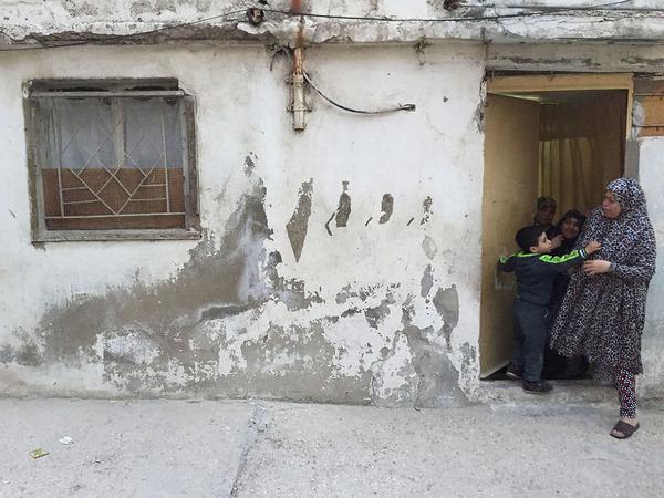 塗装が剥がれた家の壁に描かれるほんの小さな壁画 (4)