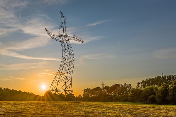 踊っているような送電塔、鉄塔、ドイツ