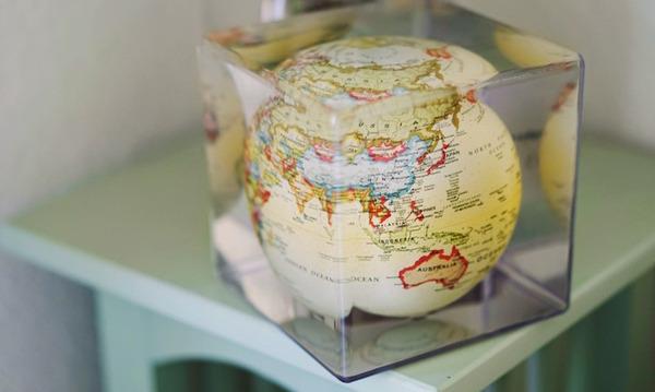 地球が回る。太陽光の力で回転する小さな地球儀『MOVA Cube』 (5)