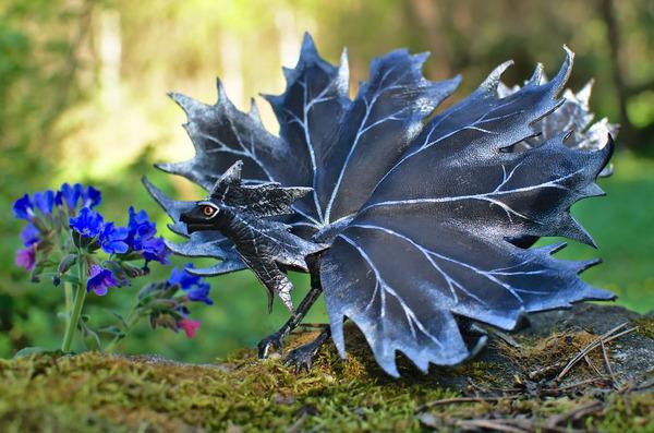 木の葉と一体となった小さなドラゴンの彫刻 6