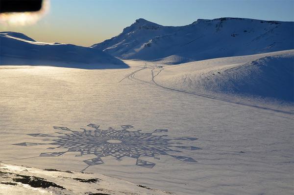 巨大な幾何学模様!真っ白な雪原に壮大な地上絵を描く (7)
