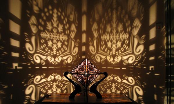 美しい模様が光となって部屋を照らす!レーザーカットのランプ (3)