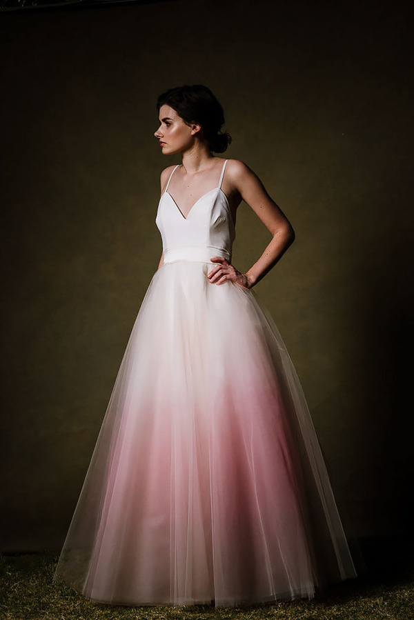 鮮やかなカラーが美しい。色が付いたウェディングドレス (13)