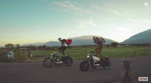 走行中のバイクの上に乗る 4