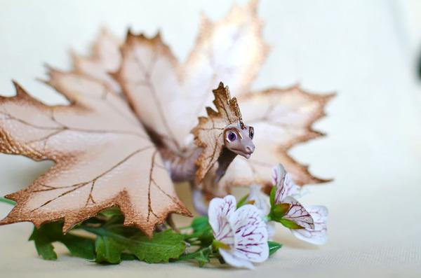 木の葉と一体となった小さなドラゴンの彫刻 10