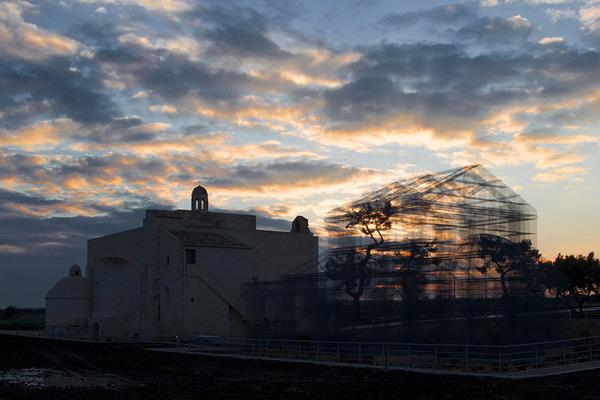 透け透けな教会現る!ワイヤーメッシュ製の建築デザイン (9)