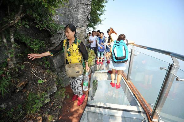 中国の天門山!もはやホラー…。恐怖と絶景を同時に楽しめる橋 (2)