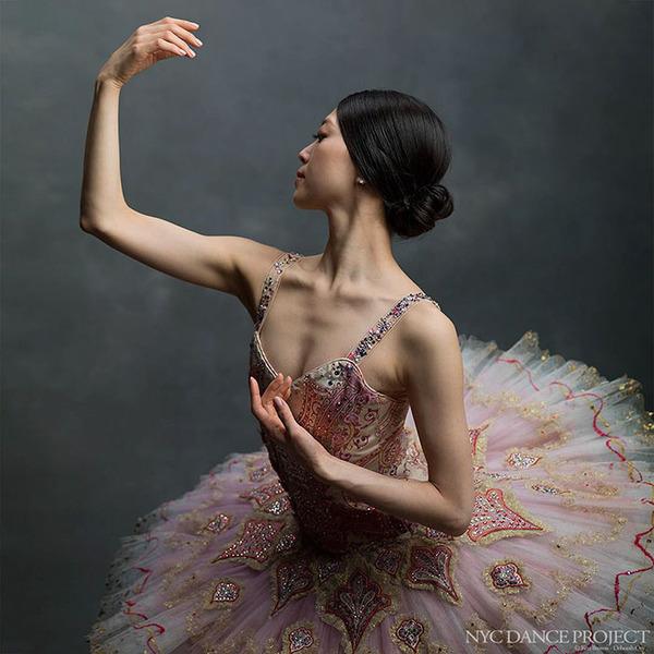 踊りが生み出す芸術。優美なダンサーの写真 (25)