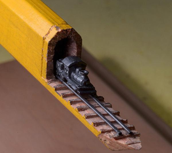 手先器用すぎ!機関車他、鉛筆の芯に彫る超小さな彫刻 (2)