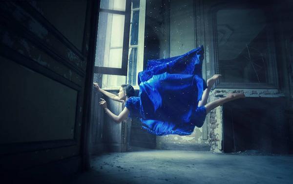 宙に浮かぶ女性。無重力の世界「Gravity Zero」 (1)