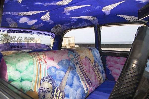 明るい気分で乗車できる!超カラフルなインドのタクシー (8)