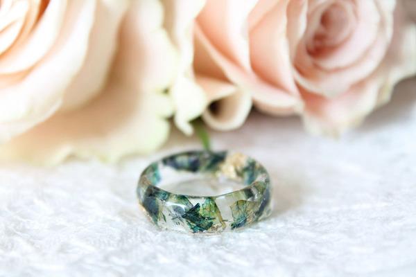 透明な樹脂の中に花や金箔を散りばめたレジンアクセサリー (13)