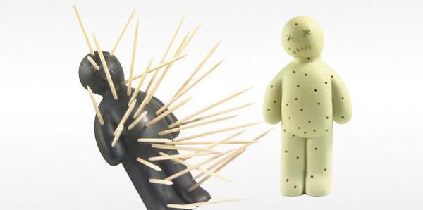 ブードゥー人形の爪楊枝刺し