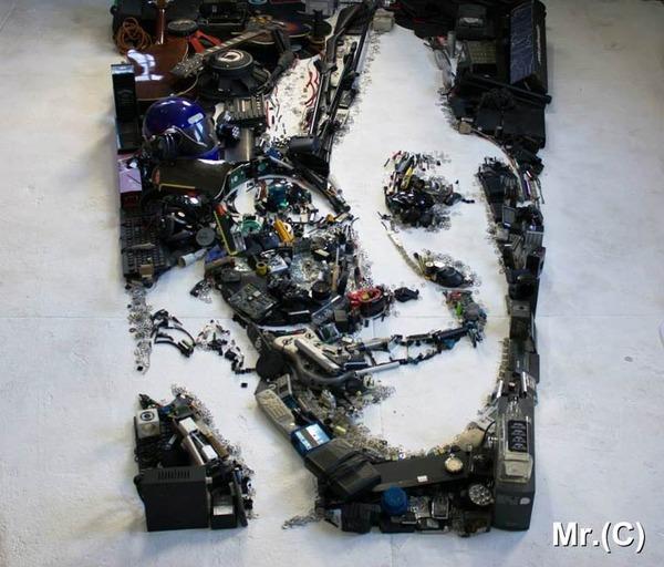 音楽機材や電子機械を積み上げて有名人の肖像画を描く! (7)