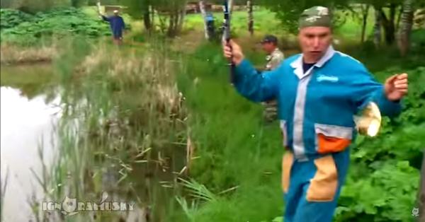 魚を釣り上げた男性