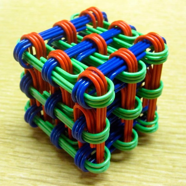 規則的!事務用品などの小物で作られた幾何学的な彫刻 (11)
