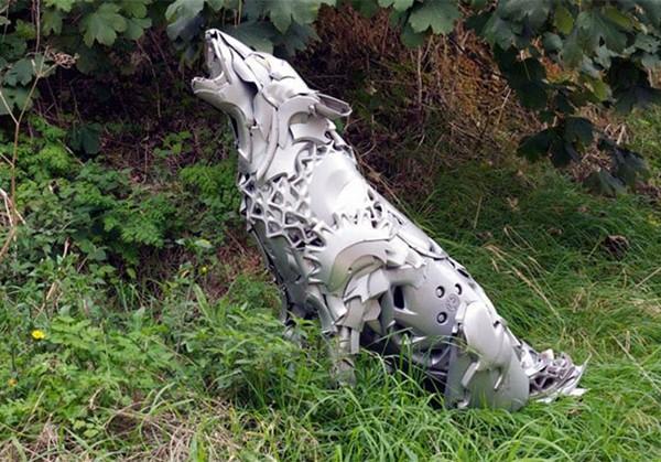 車の金属部品でメタリックな動物彫刻!ホイールキャップ (14)