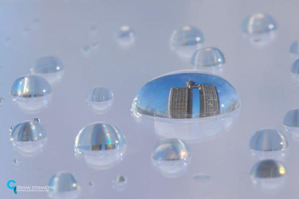 不思議な球体。水滴と水滴の中に映る街の景色 (6)