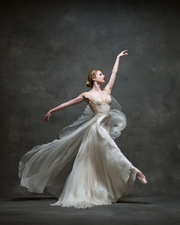 踊りが生み出す芸術。優美なダンサーの写真 (6)