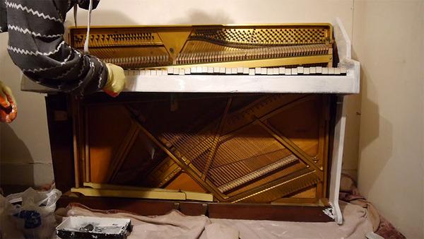 ガラスのピアノ!古い窓ガラスを接着して作ったピアノ (6)