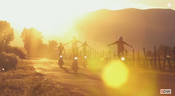 走行中のバイクの上に乗る 7