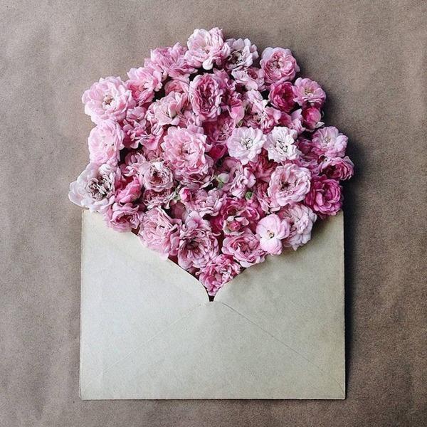 クラフト封筒に入れられた花束 (4)