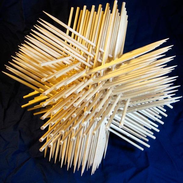 規則的!事務用品などの小物で作られた幾何学的な彫刻 (4)