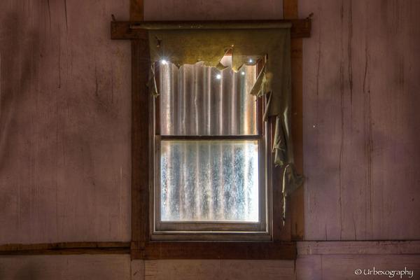 廃墟の部屋の窓から覗く風景 10