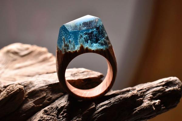小さな世界が隠されている木と樹脂の指輪 (7)