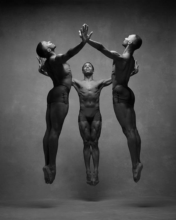 踊りが生み出す芸術。優美なダンサーの写真 (9)