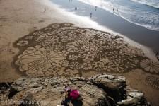 一瞬のきらめき!引き潮の砂浜に幾何学模様的な絵画を描く!