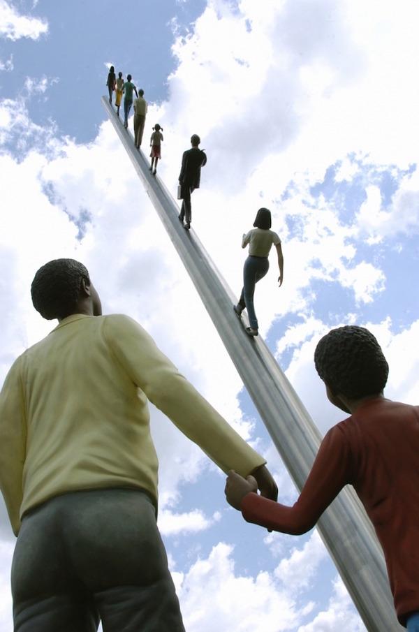 向かって空に歩く人間彫刻 ジョナサン·ボロフスキー 3