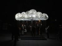 明かりを灯せる!6000個のリサイクル電球で作られた雲のランプ