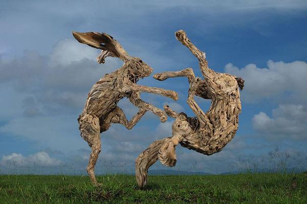 流木で作られたウサギの彫像,彫刻
