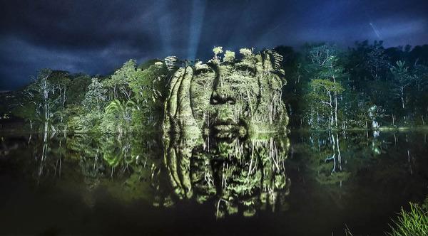 アマゾンの森に投影されたブラジル先住民スルイ族 (5)