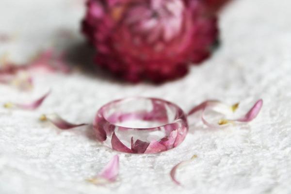 透明な樹脂の中に花や金箔を散りばめたレジンアクセサリー (10)