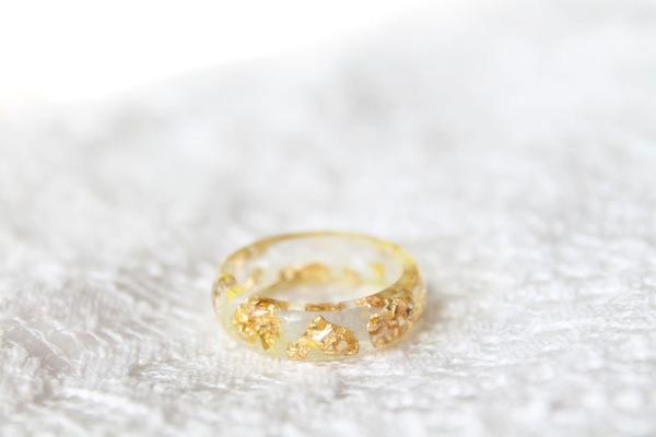 透明な樹脂の中に花や金箔を散りばめたレジンアクセサリー (11)