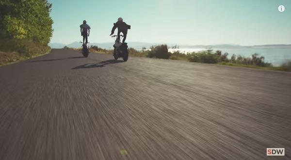 走行中のバイクの上に乗る 6