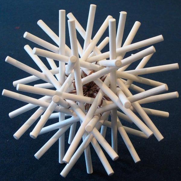 規則的!事務用品などの小物で作られた幾何学的な彫刻 (7)