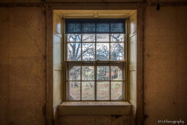 廃墟の部屋の窓から覗く風景 12