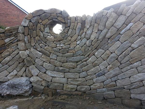 ぐるぐる!渦巻いた塀やレンガの石工彫刻 (8)