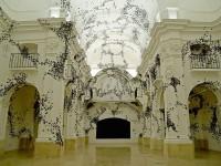 黒い蝶が教会を支配する!紙のアート「ブラッククラウド」