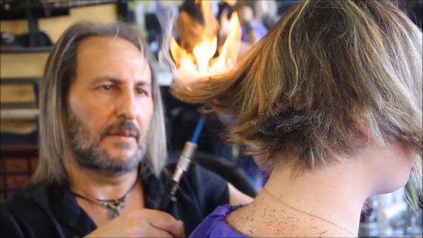 ガスバーナーや日本刀を用いてヘアカットする美容師 (1)