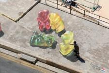 街が可愛くなる。クマのグミが集まる立体的に見えるペイントアート