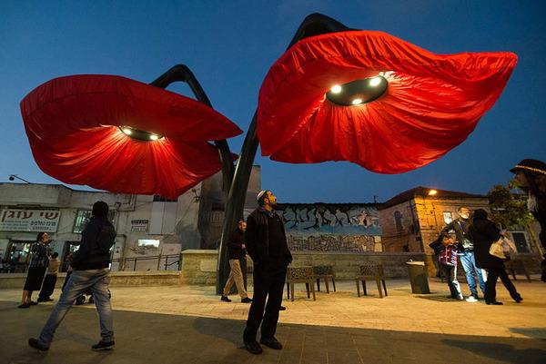 街頭に巨大な花型ランプ!人を感知して花びらが大きく開く (5)