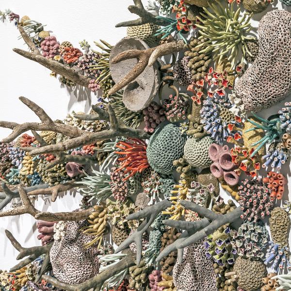エアダクトから珊瑚礁。陶磁器による彫刻 (10)